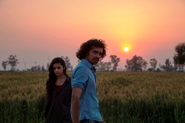 Alia-Bhatt-and-Imtiaz-Ali-on-location-shooting-for-Highway-in-Punjab28.03.2013